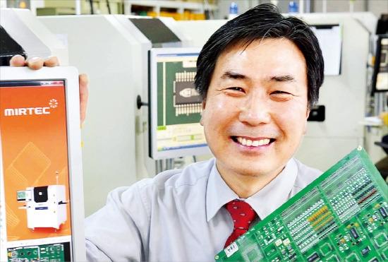 박찬화 미르기술 사장이 군포연구실에서 첨단 전자부품 검사장비의 개발 방향에 대해 설명하고 있다. 정동헌 기자 dhchung@hankyung.com