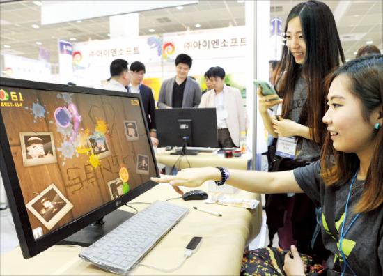 월드 IT쇼가 열린 지난달 22일 서울 삼성동 코엑스 전시장의 올아이피정보통신 부스에서 관람객들이 립모션 컨트롤러를 사용해보고 있다.