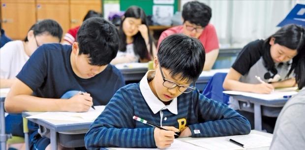 고교생들의 경제·금융지력을 키우기 위한 '한경 전국 고교생 경제 올림피아드(KOREA Economics Olympiad)'가 내년 1월 치러진다. 고교 경제 교과서 범위 내에서 출제되며, 한국경제신문이 시행하는 테샛과 연계하면 학습 효과를 극대화할 수 있다. 사진은 테샛 시행 모습. 한경DB